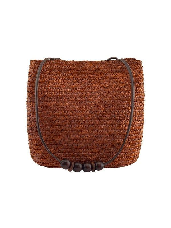 Bolso de rafia con tira de cuerina y bolitas de madera