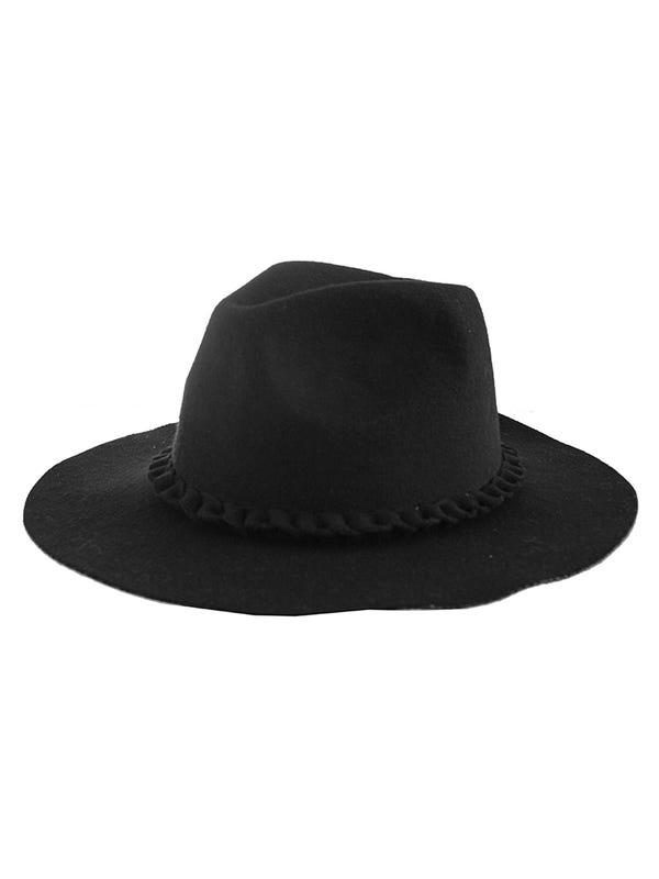 Sombrero de paño con lazo trenzado.