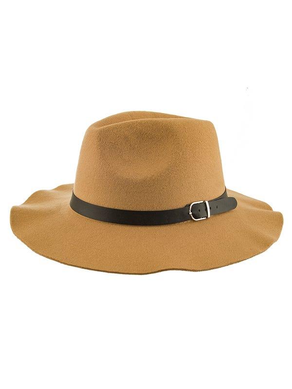 Sombrero de paña con cinto de cuero ecológico con hebilla.
